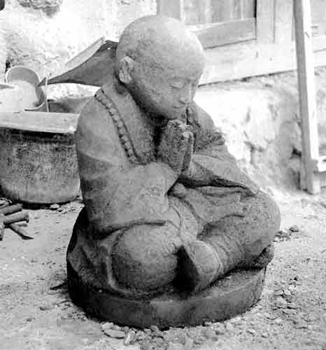 Monk Buddha statue praying cross-legged for sale by export and buying  agent in indonesia Bali sourcing.
